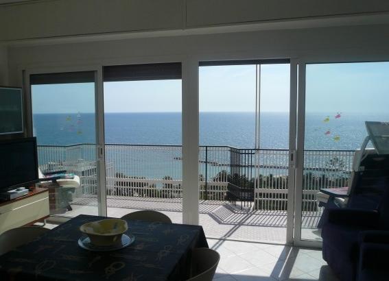 Отремонтированные апартаменты-аттик c видом на море в в 200 м. от моря и центра Сан Ремо Лигурия